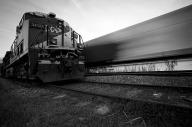 Um trem parado no sinal esperando para descarregar minério de ferro no terminal da Ilha Guaíba, Mangaratiba, enquanto o outro retorna vazio da mesma ilha.